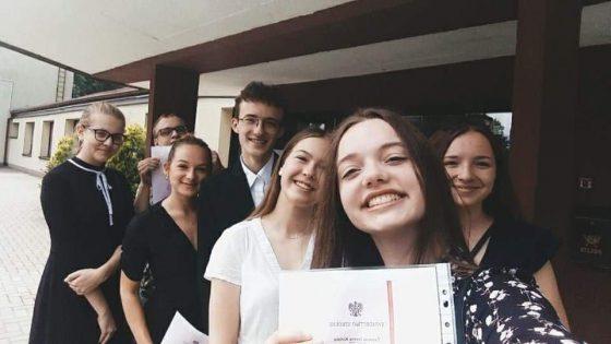Na zdjęciu uczniowie odebrali świadectwo ukończenia kolejnej klasy