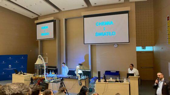 Konferencja-chemiczna-Uniwersytetu-Jagielonskiego-udzial-wziely-uczniowie-klasy-3c-i-prof.-Ostrowska